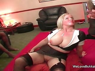 Amateur MILF Donna loves taking facials