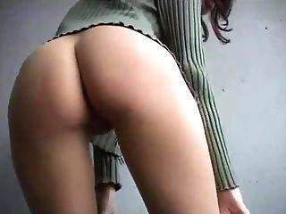 Elle tend son cul pour pisser
