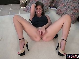 Mature American housewife Rosa is toying her twat on the floor